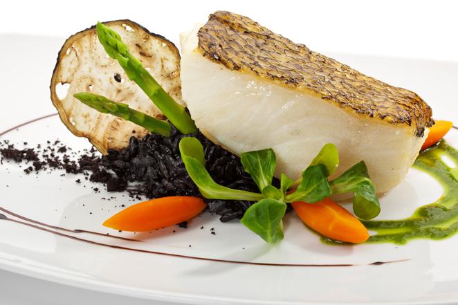 Filetto di branzino con asparagi grigliati patate arrosto for Cucinare branzino 5 kg